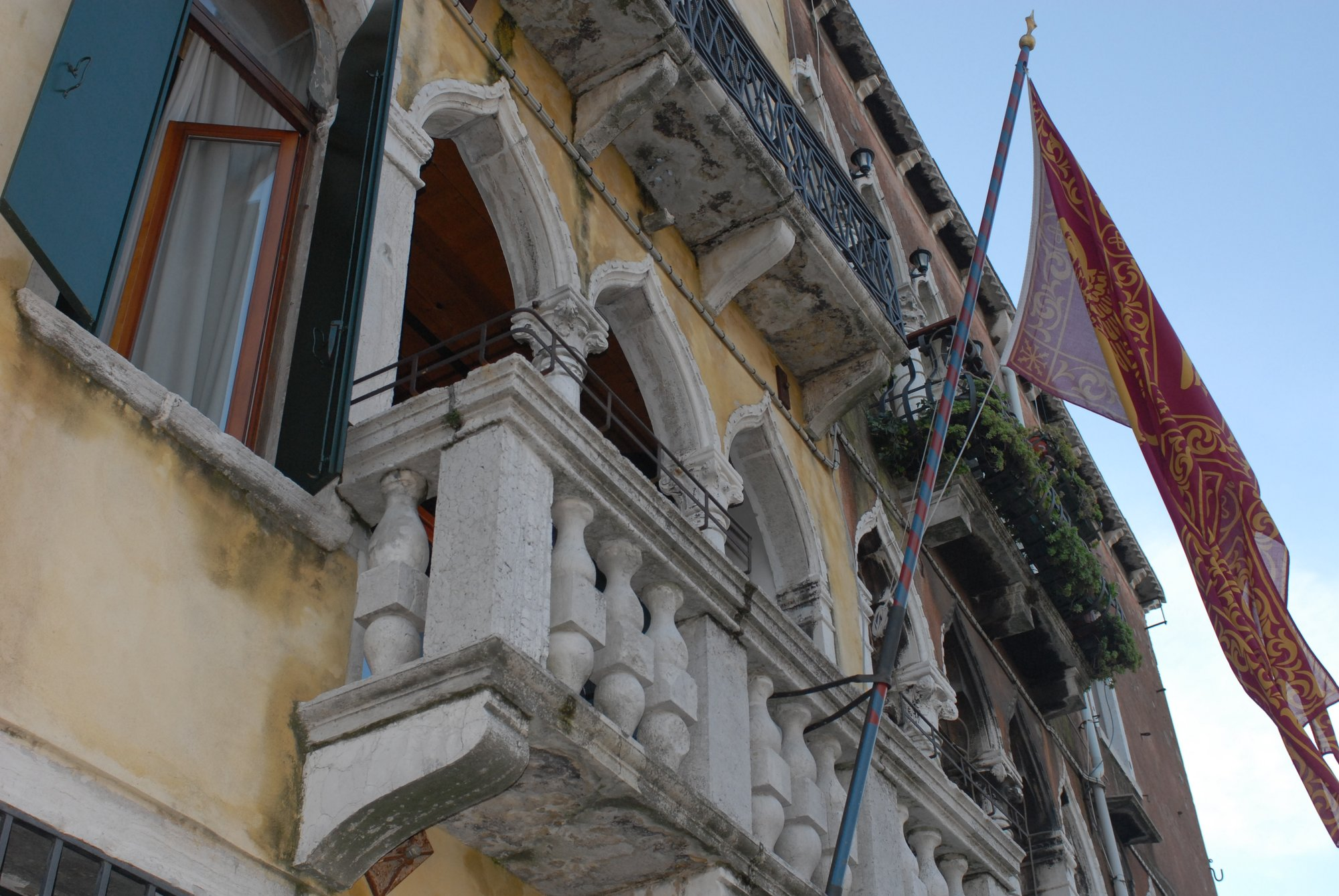 Palazzo-Cendon-with-the-Venetian-flag